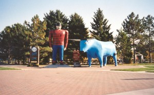Paul_Bunyan_and_Babe_statues_Bemidji_Minnesota_full