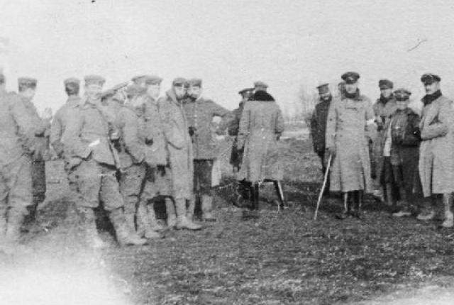 British and German soldiers mingle during the unofficial Christmas truce of 1914.
