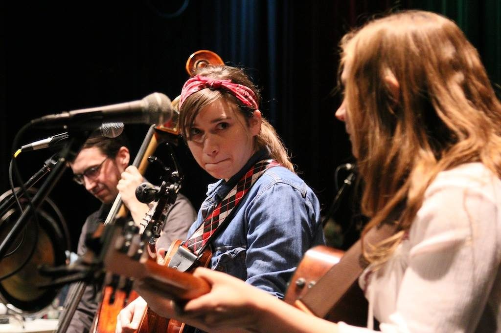 Reina del Cid performs with Toni Lindgren on guitar and Adam Tucker on upright bass. (PHOTO: Grant Frashier)